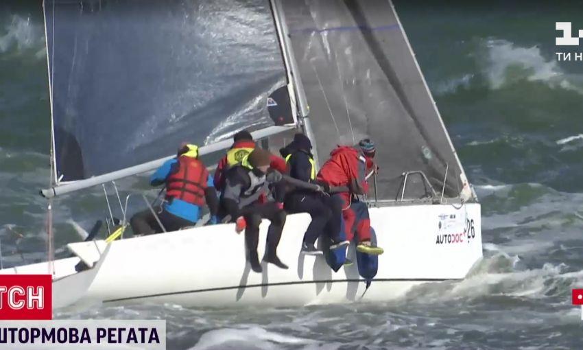 В Одессе штормовые волны сносили парусники учасников Чемпионата Европы