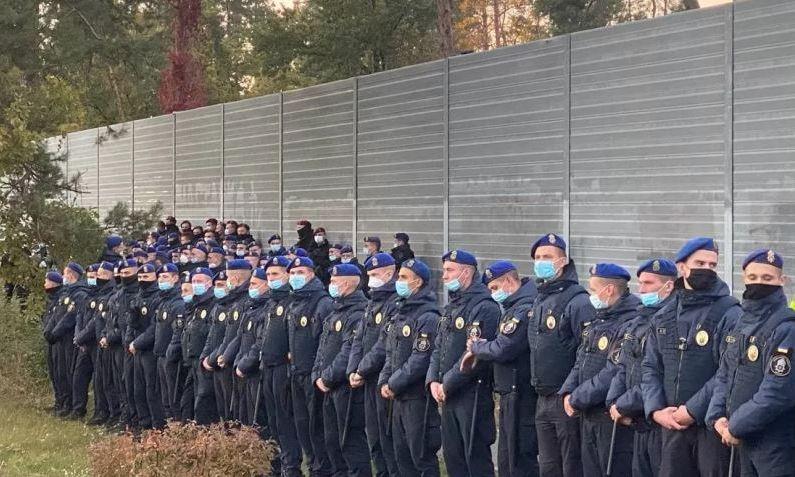 Вслед за домом Порошенко полиция окружила дом Владимира Зеленского