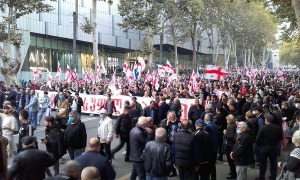 В центре Тбилиси десятки тысяч людей требуют освобождения Михеила Саакашвили