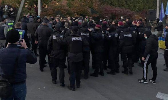 У дома Петра Порошенко вновь требуют его ареста